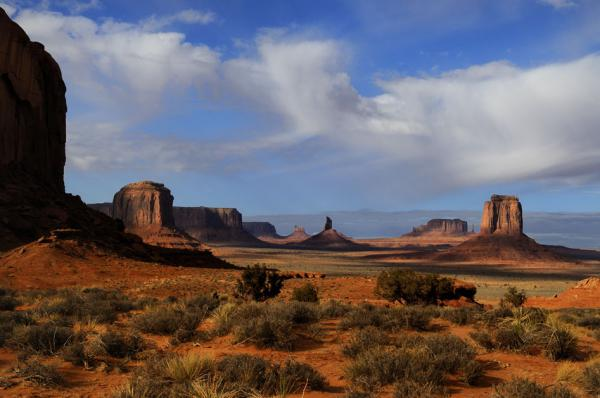 Le désert rouge de Monument Valley, parc tribal Navajo, Arizona
