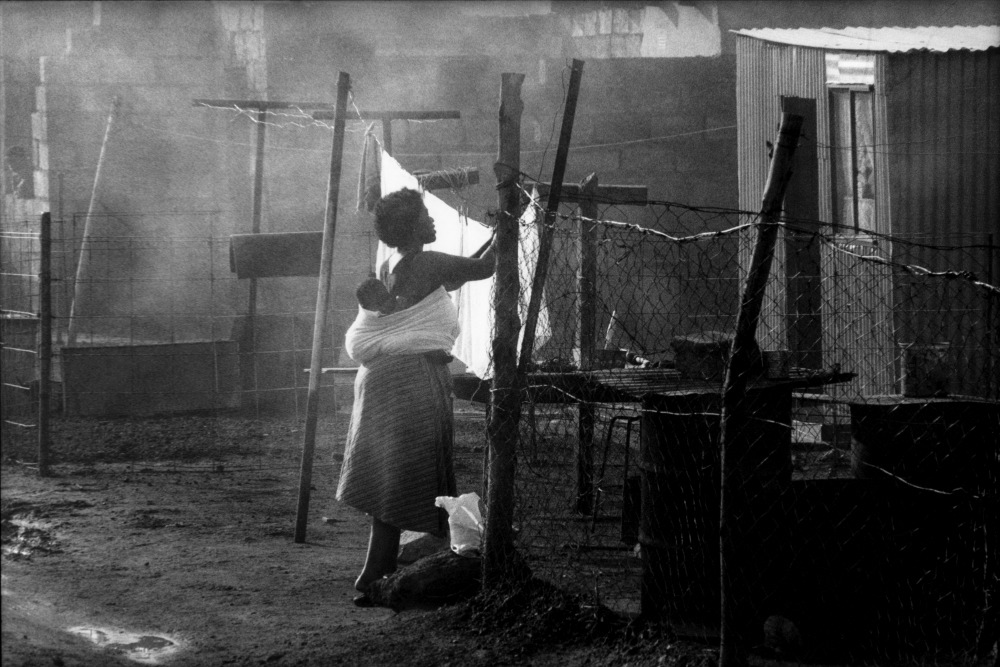 une femme tant son linge en portant son b b dans son dos soweto 1989. Black Bedroom Furniture Sets. Home Design Ideas